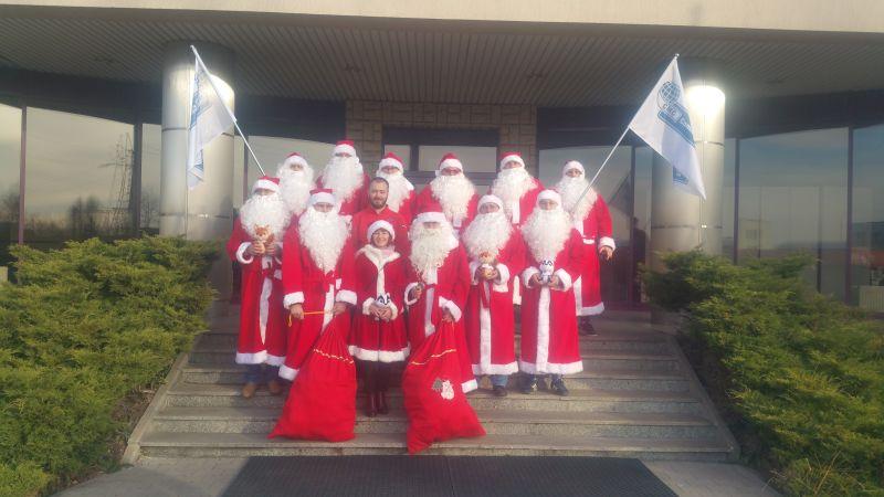 Mikołaje na ulicach miasta.
